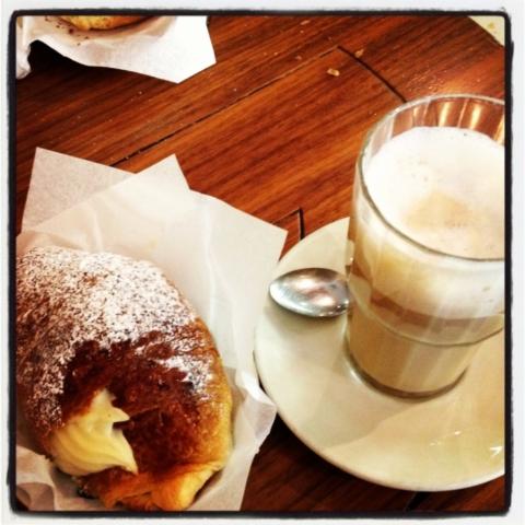 Latte con croissant